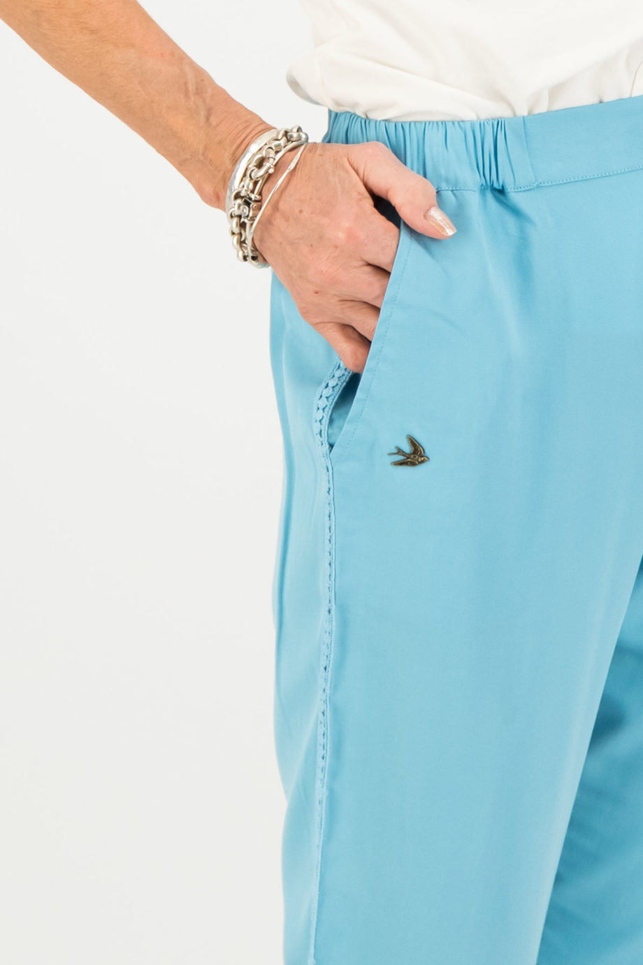 blutsgeschwister pantalon logo azul detalle