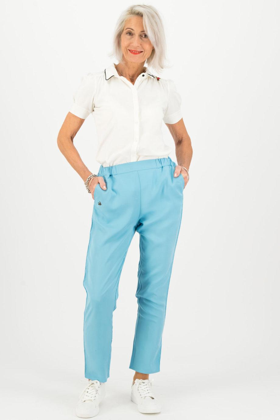 blutsgeschwister pantalon logo azul modelo frontal