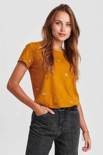 Camiseta-con-bordados-NUBELISE-OCRE